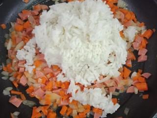 裙边蛋包饭,加入米饭翻炒均匀
