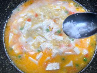 咸蛋黄豆腐羹,放入1g盐