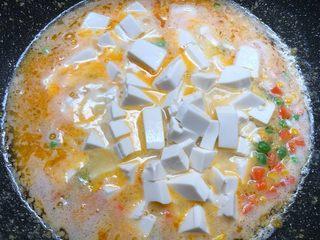 咸蛋黄豆腐羹,放入豆腐煮3分钟