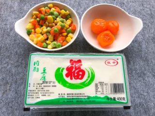 咸蛋黄豆腐羹,内脂豆腐1盒,咸蛋黄3个,玉米甜豆50g