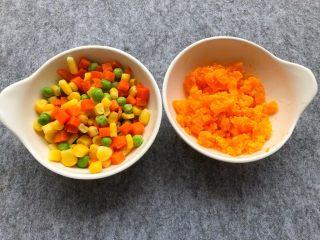 咸蛋黄豆腐羹,玉米甜豆清洗干净,咸蛋黄碾碎