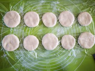 甜甜圈,用保鲜膜盖起来并用手将每个饼按压平整后再醒发10分钟