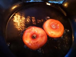 甜甜圈,将面圈放入油中炸至两面金黄(用小火)