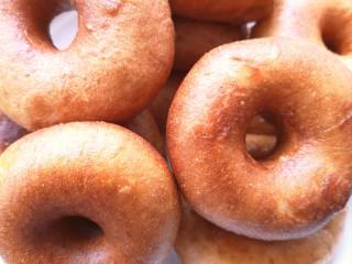 甜甜圈,捞出沥干油后装盘