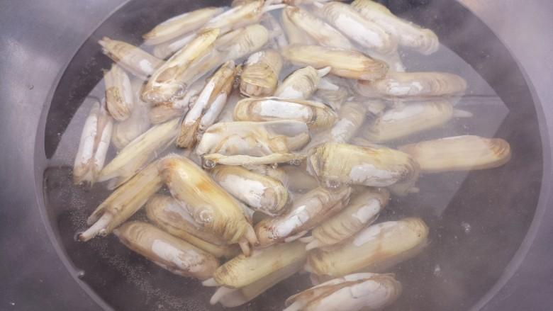 蚝油炒蛏子,然后锅里烧水,把蛏子放进水里焯一下。