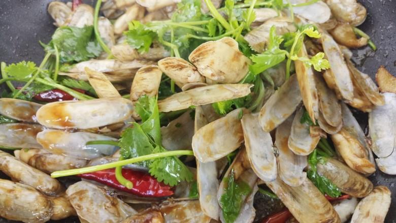 蚝油炒蛏子,翻炒均匀即可出锅。