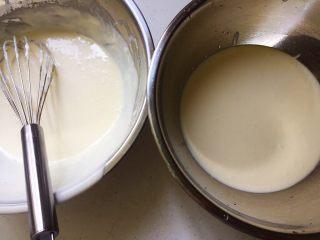 火龙果樱花慕斯,然后把奶酪糊一分为二
