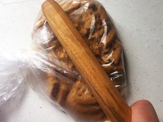 火龙果樱花慕斯,消化饼干放保鲜袋中,用擀面杖敲碎,越碎越好