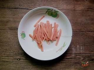 快手杂汤,火腿肠切成细丝
