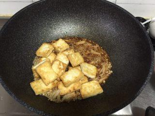 金针菇炖豆腐,将豆腐倒入继续炖煮。
