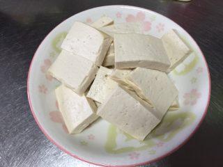 金针菇炖豆腐,白豆腐切块备用
