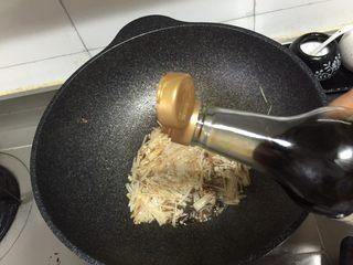 金针菇炖豆腐,加入1勺生抽,再加入适量清水煮开。