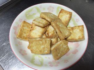 金针菇炖豆腐,乘出备用