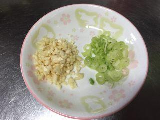 金针菇炖豆腐,大蒜,葱切碎备用。