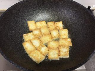金针菇炖豆腐,煎至两面金黄