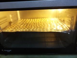 蛋黄溶豆,然后入烤箱开始考150度上下火烤半个小时左右。