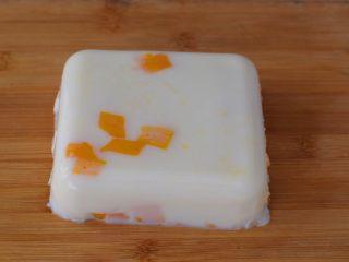 芒果奶冻,然后用刀沿着四边划过,倒扣脱模
