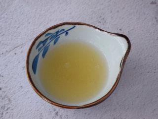 芒果奶冻,吉利丁粉加入适量的凉开水搅拌均匀备用