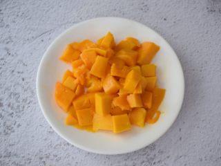 芒果奶冻,芒果去皮切成丁