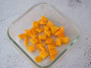 芒果奶冻,把芒果铺在保鲜盒中