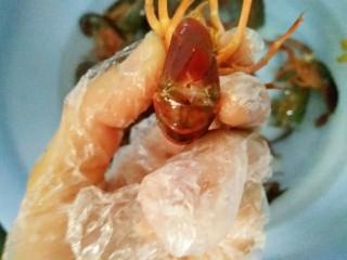 麻辣小龙虾,再捏住尾巴中间的那一条尾翼稍微用手向两边掰断再轻轻往外扯,虾线就出来了