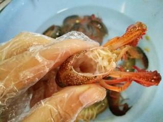 麻辣小龙虾,再用剪刀把虾头剪掉里面的内脏清洗干净