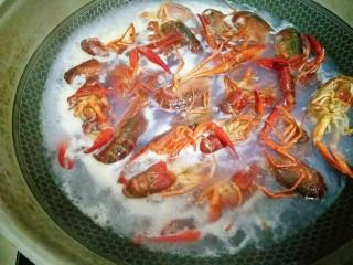 麻辣小龙虾,锅里烧开水,再把小龙虾放下去焯水