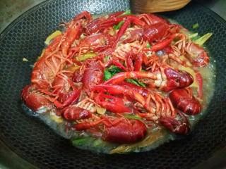 麻辣小龙虾,撒点料酒,加入蚝油,食用盐翻炒均匀,再下香叶,八角,桂皮,倒入适量水盖上锅盖大火焖煮