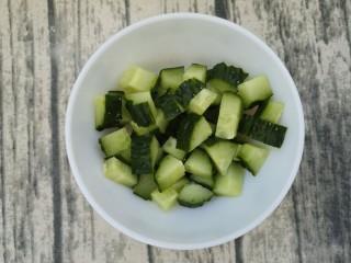宫保鸡丁,先准备好半根黄瓜,洗干净切成小块。