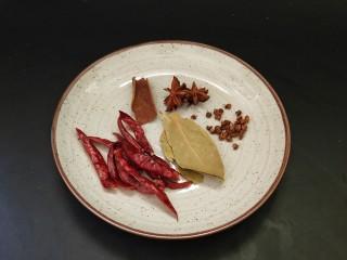 五香花生,准备好八角,干辣椒,香叶,桂皮,花椒
