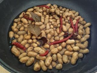 五香花生,盖上盖子煮个20分钟,再闷一个小时,让它入味即可