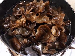 凉拌木耳,锅里烧水,水滚开后倒入木耳焯烫一分钟