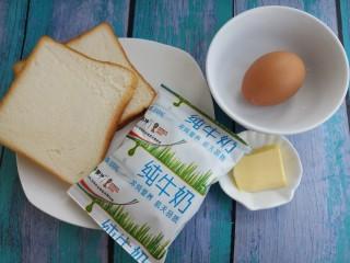 西多士,先准备需要的食材,两片吐司,一个鸡蛋,一袋牛奶,还有一小块黄油。