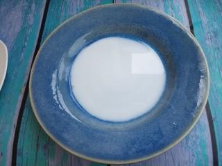 西多士,然后再把牛奶倒入盘子里。