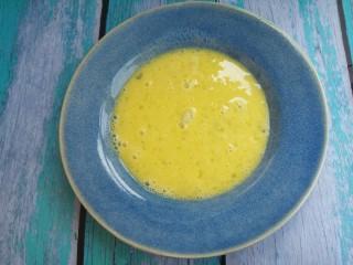 西多士,然后把鸡蛋液倒入一个盘子里。