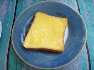 西多士,把沾上蛋液的吐司再沾上牛奶。