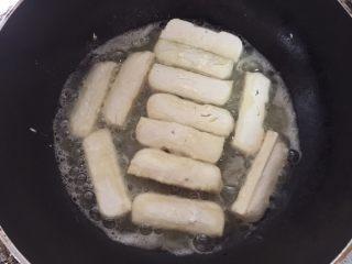 糖醋豆腐,热油锅,放入滚了生粉的豆腐