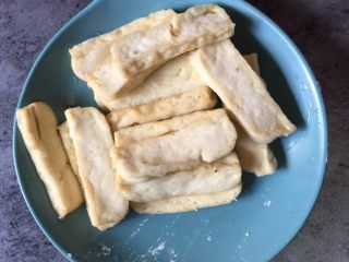 糖醋豆腐,煎至两面金黄捞起
