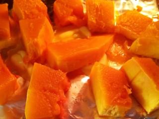 椰蓉南瓜,南瓜翻面,刷一层黄油,再烤10分钟