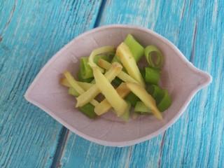 尖椒炒肉,然后切点姜丝和葱花。