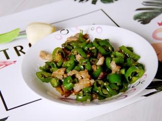 尖椒炒肉,装盘吃吧。