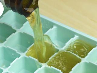 网红西瓜冰啤酒,西瓜半个挖出果肉,放入料理机中,挤入半个柠檬汁,搅打成汁