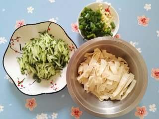 凉拌豆皮,将豆皮切条,黄瓜切丝,蒜切碎,小葱切小段即可。