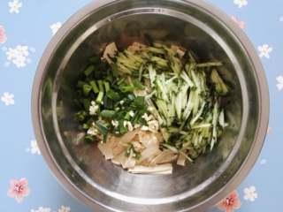 凉拌豆皮,将豆皮、黄瓜、小葱和蒜倒入盆中。