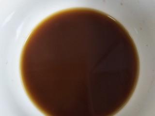 家常豆腐,生抽2勺,耗油一勺,糖少许,盐少许(豆瓣酱比较咸)淀粉少许,加适量清水调好料汁