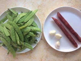 美味快手菜: 荷兰豆炒腊肠,准备好材料。