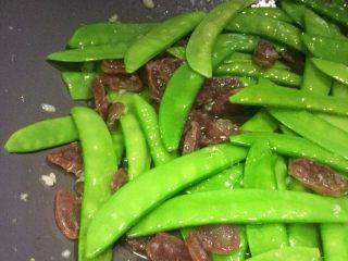 美味快手菜: 荷兰豆炒腊肠,翻炒片刻即可。