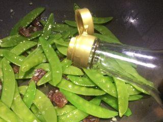 美味快手菜: 荷兰豆炒腊肠,放适量生抽或者盐调味。
