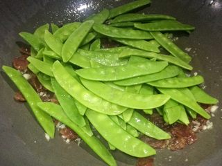 美味快手菜: 荷兰豆炒腊肠,倒入荷兰豆炒至变色。