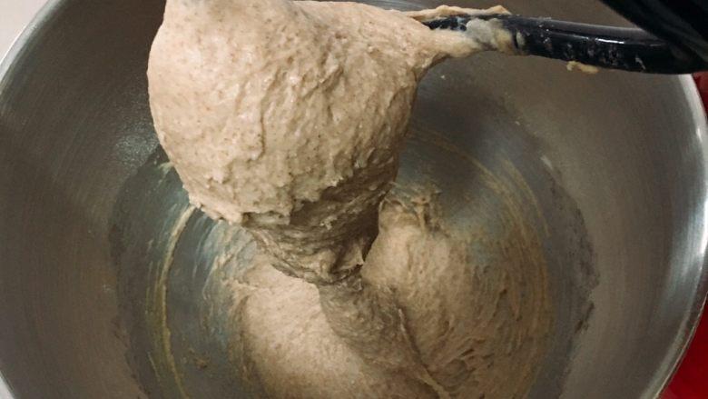 芝麻核桃黑麦包,厨师机揉面20分钟,天气热每隔10分钟厨师机需要停机休息几分钟。